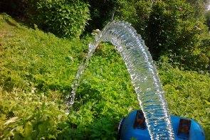 В чем причина резкого и неприятного запаха воды из скважины